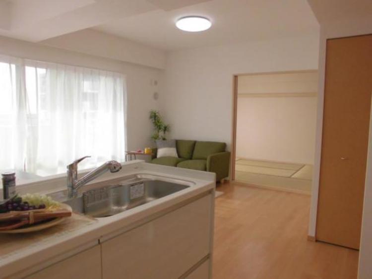 リビングや和室で遊ぶお子様を見守りながらお料理が出来る安心の対面式キッチンです!