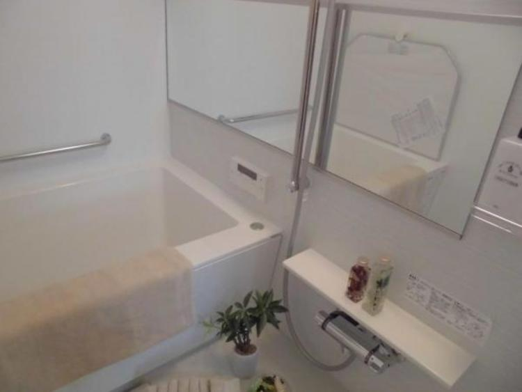 白を基調とした清潔感ある浴室は一日の疲れを癒すくつろぎの空間です。