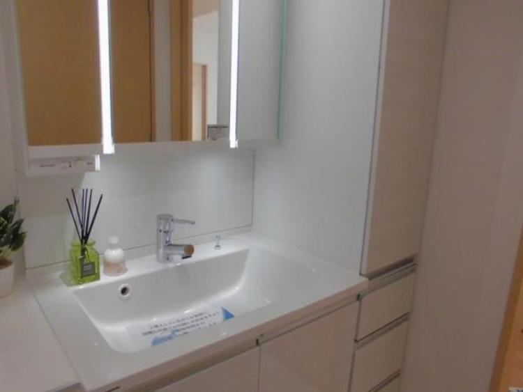 タオル類や柔軟剤・スキンケア用品もスッキリしまえるたっぷりの収納がある洗面スペースです!