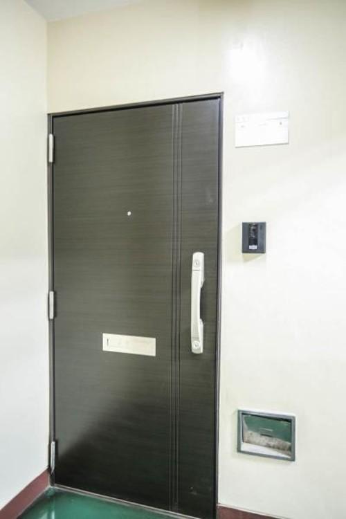 【玄関】家の顔となる玄関は、高いデザイン性が求められます。高級感と断熱性、防犯性に優れた玄関ドアを標準装備。ピッキング対策のセキュリティサムターン等、防犯に考慮しました。