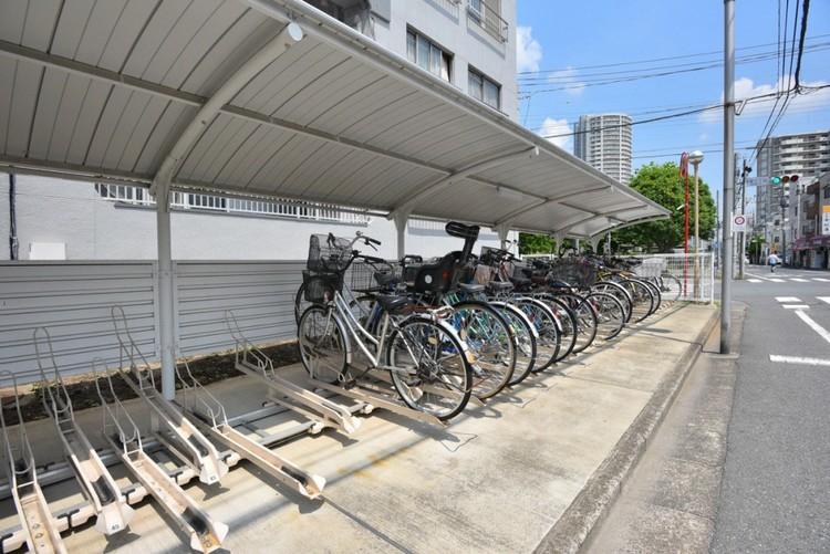 【駐輪場】駐輪場があると自転車を自由に出し入れ出来るので便利。屋根付きで雨にさらされる心配もありません。