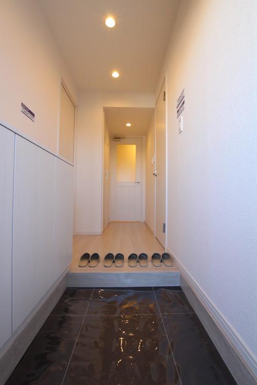 電気の消し忘れ防止、省エネ効果も期待できる人感センサー付きの玄関フロア