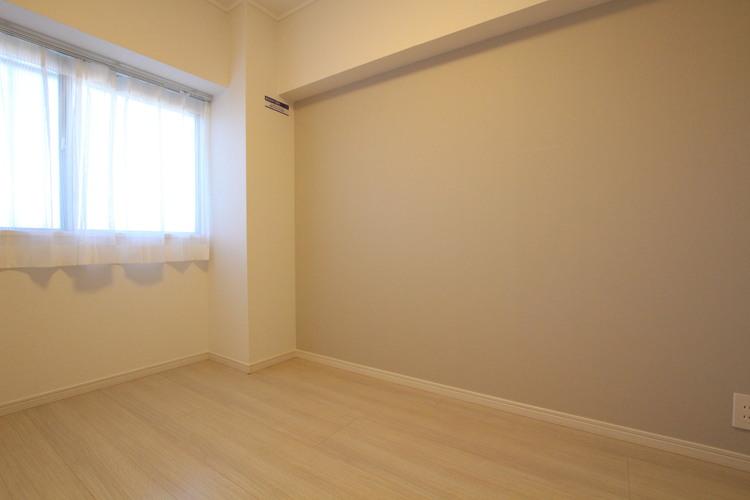 洋室それぞれに淡いカラーのアクセントクロスが採用されており、落ち着いた雰囲気の中でお過ごしいただけます