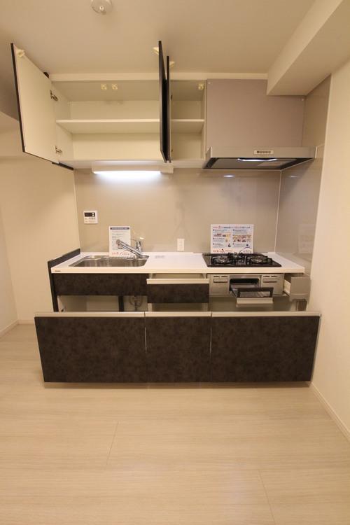 豊富なキッチン収納が完備されているため、食器や調理器具などもしっかりと収納できます