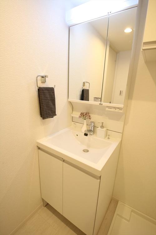 白を基調にした清潔感のある独立洗面化粧台