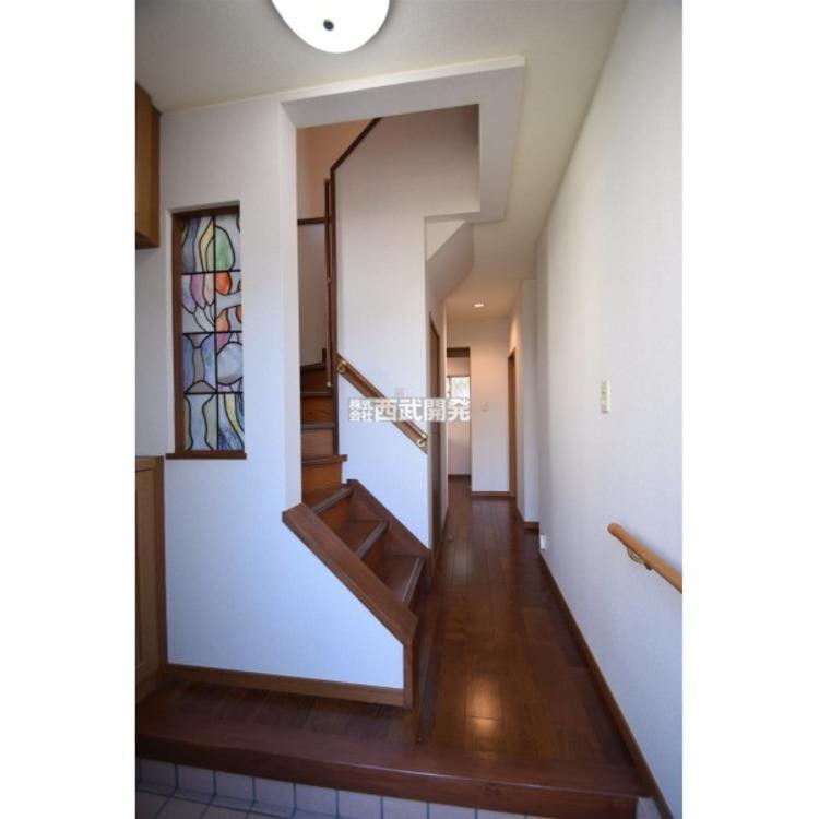 玄関の壁には手すりがあり、お子様やご年配のかたが、建物に入る際に便利です。