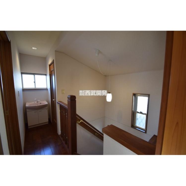 2階の廊下には、洗面台があり、トイレ後などの手洗いに便利です。