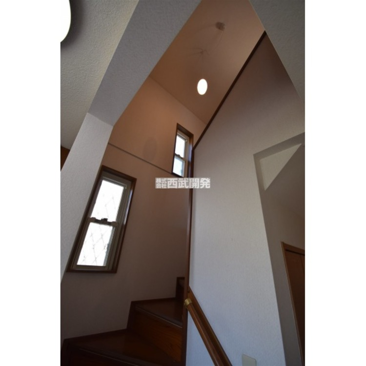 天井まで広がる階段スペースは明るい空間です。