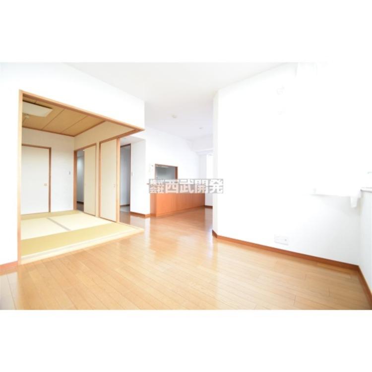 最上階の陽当たりの良いリビング。和室が隣接しており間仕切りを開放すれば計21.8帖の広々空間に