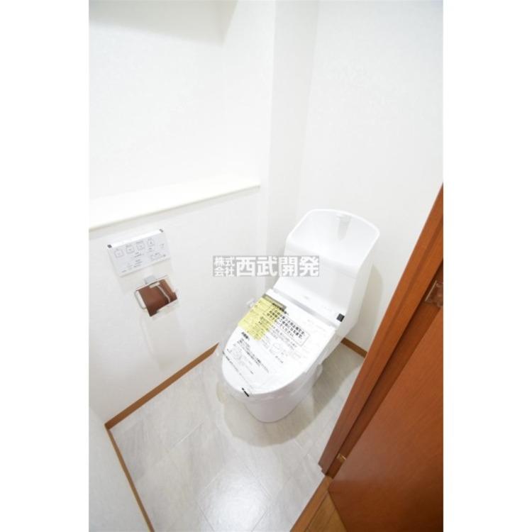 白を基調とした清潔感のあるウォシュレット付きトイレはリラックスできる空間です。
