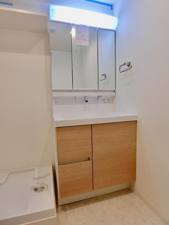 収納もたっぷりついた三面鏡の洗面台。