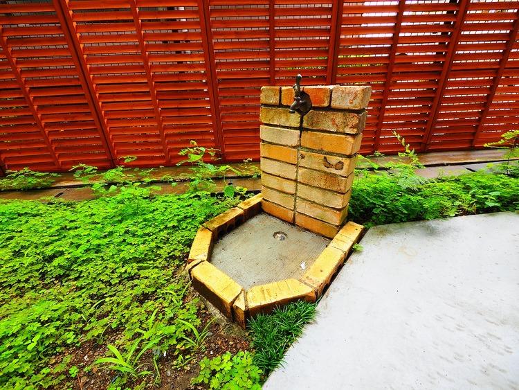 庭には小さな蛇口付き