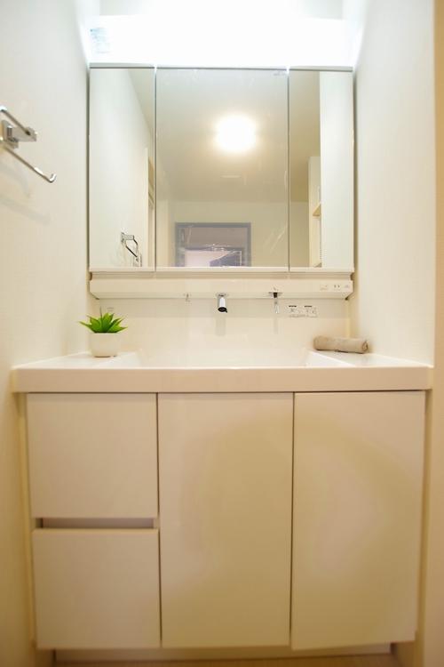 便利な三鏡面洗面台