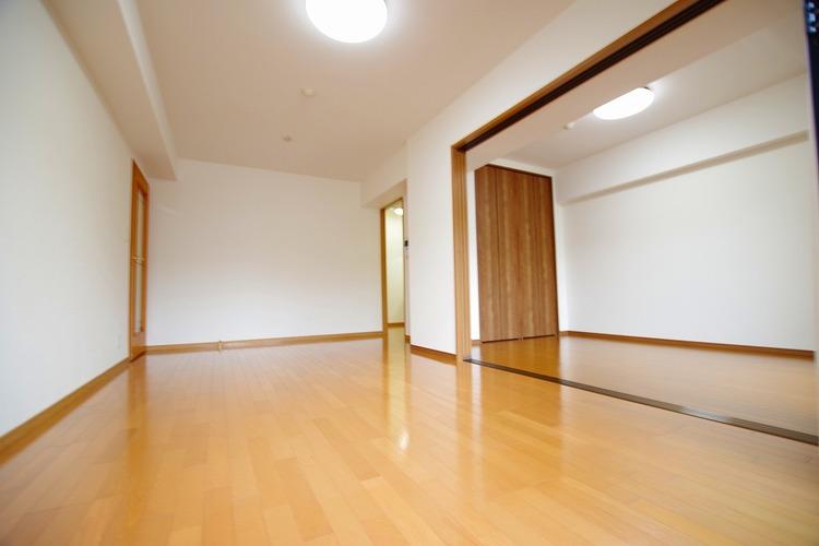 隣の洋室の扉を開けると、開放的な空間が広がります