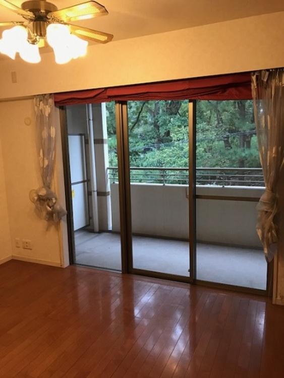 大きな窓のあるリビングは自然と家族が集まる空間に