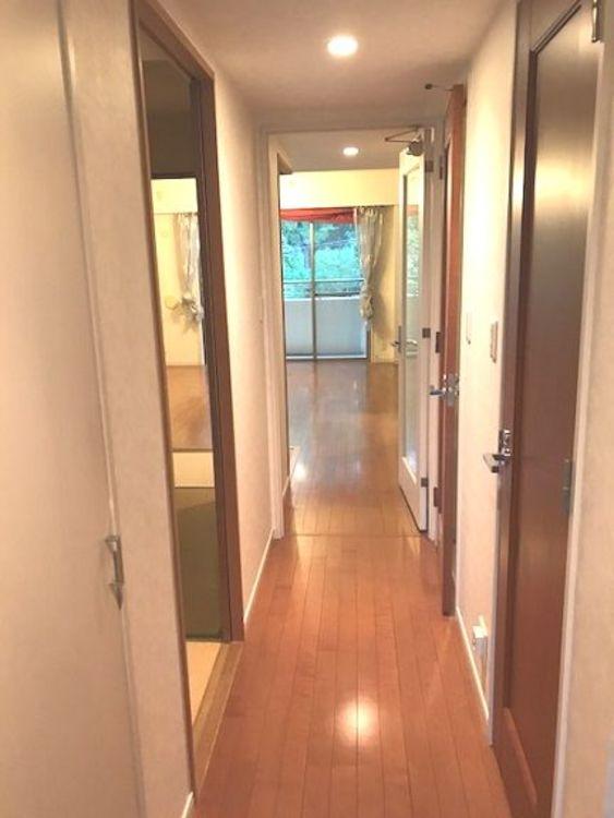 優しいブラウンが特徴の廊下