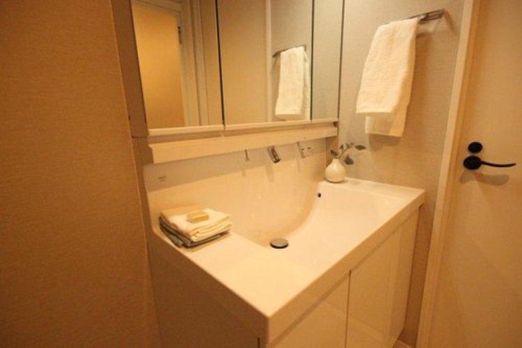 大きく見やすい鏡で清潔感ある洗面台は、身だしなみチェックや肌のお手入れに最適です。何かとに物が増える場所だからこそ、スッキリと見映えの良い空間に拵えました。