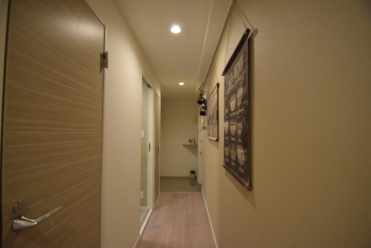 お洒落なコントラストの廊下