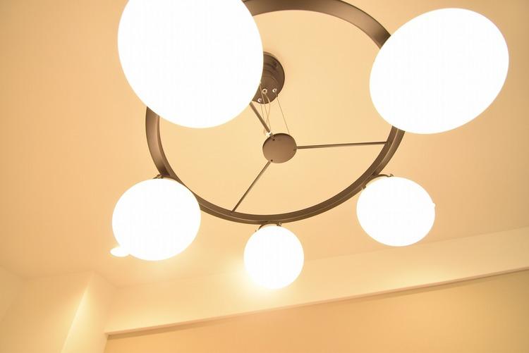 リビングにはオシャレな空間を演出する照明を設置