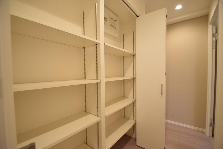 廊下に完備されてる収納スペース