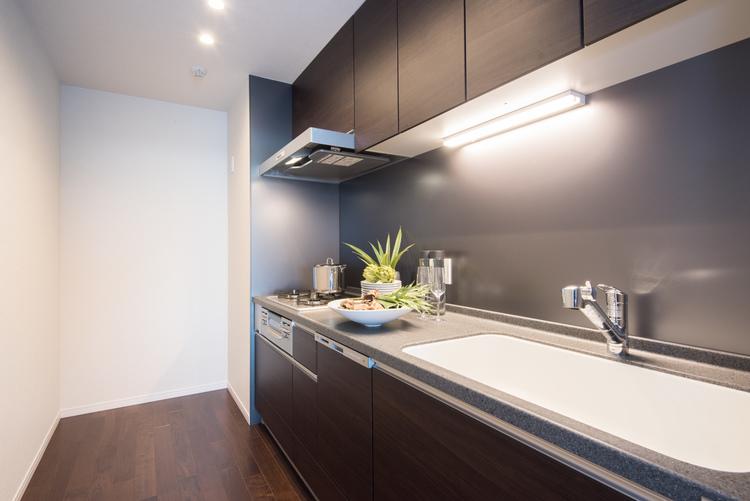 独立した約4.2帖の広々したキッチンには、トクラス製のシステムキッチンを新規設置