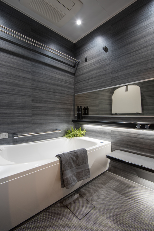 モノトーンで落ち着いた浴室には、浴室換気乾燥機と2018年8月に新登場したTOTO製の『楽湯』という追炊き機能付きユニットバスを設置