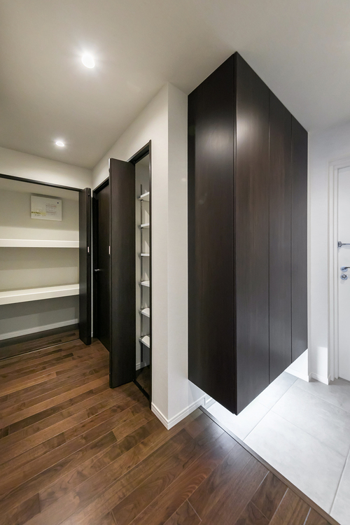 玄関周辺の廊下にも、棚などを設置して掃除道具や小物の収納ができます
