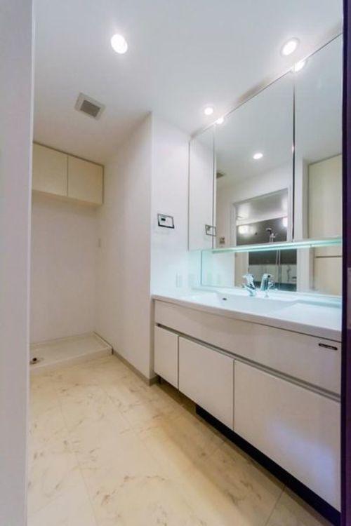 「洗面室」清潔感のある広々とした洗面スペース