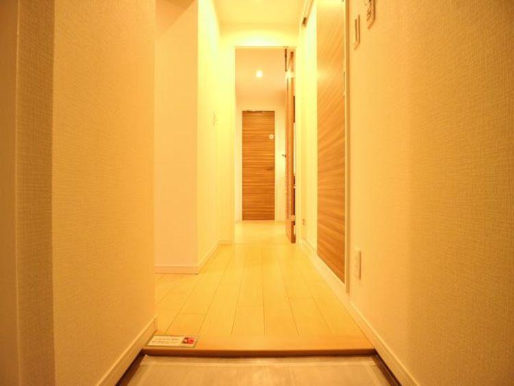 住まいの顔となる玄関は、落ち着きと華やぎの満ちた空間に。ご家族の「行ってきます」「ただいま」を見守り続けます。