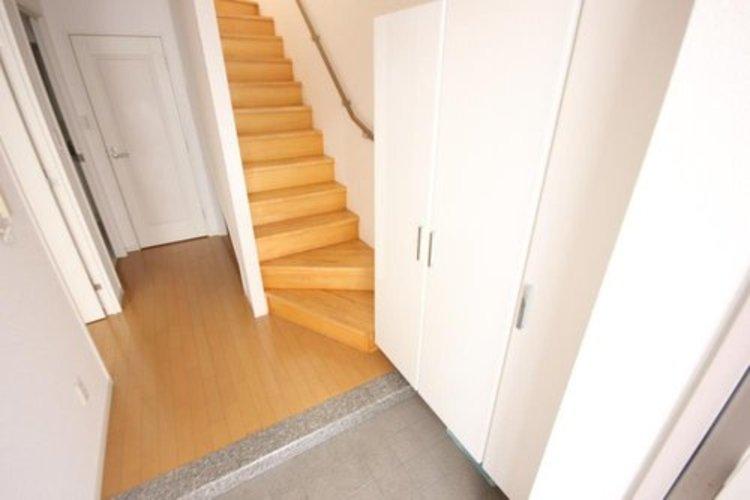 清潔感のある落ち着いた雰囲気の玄関です。安らぎに満ちた空間がここから始まります。