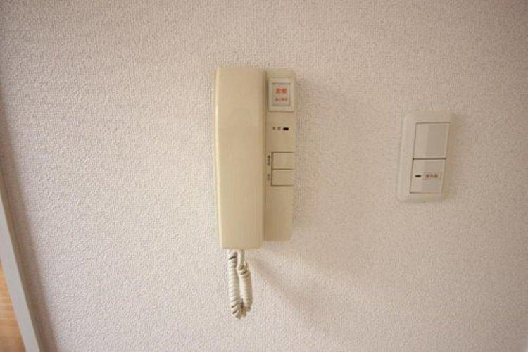 来訪者様のご用件を電話で確認できる為、防犯面でも安心でございます。
