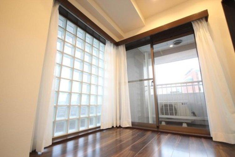リビング隣接の洋室は、ほぼ一面ガラス張りの空間。一日中明るく、広く感じる空間となっています。