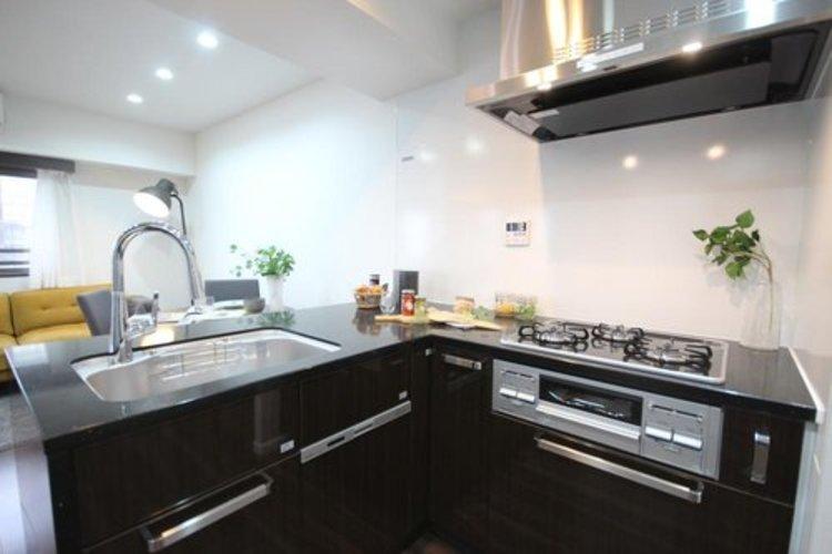 キッチンはL型になっており調理スペースも確保されております。食器洗い乾燥機も完備しており設備も充実しております。