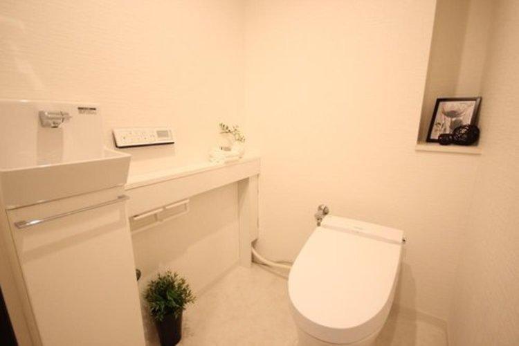 タンクレストイレを採用。また壁面には手洗いも完備。ゆったり広々空間となっております。