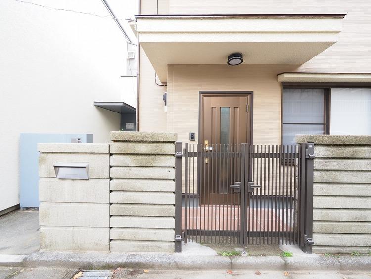 落ち着いた住環境と駅まで徒歩8分という利便性を併せ持つ邸宅。