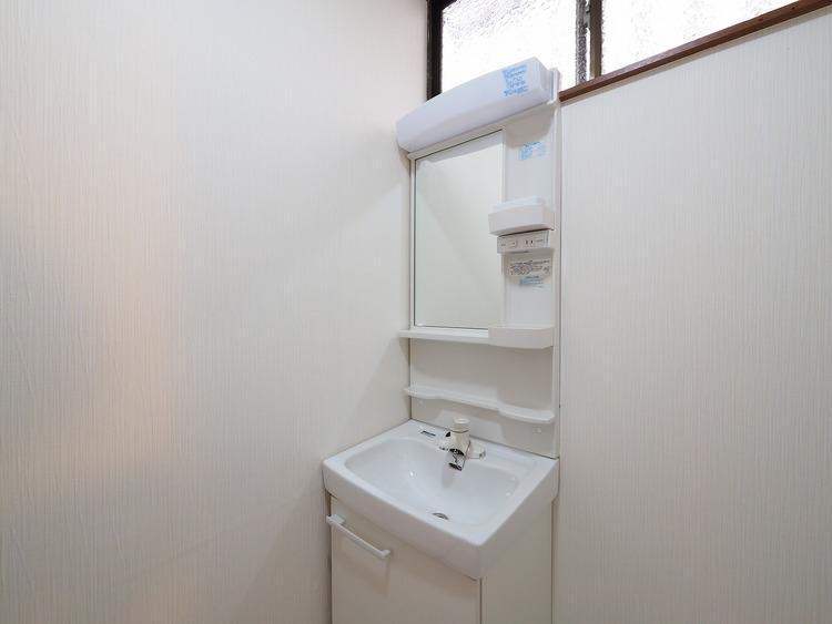 小窓のある明るい洗面室。朝の身支度が楽しくなりそうですね。