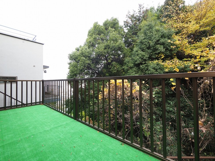 緑に包まれた住空間。近隣周辺は車通りも少なく、閑静な環境が保たれています。