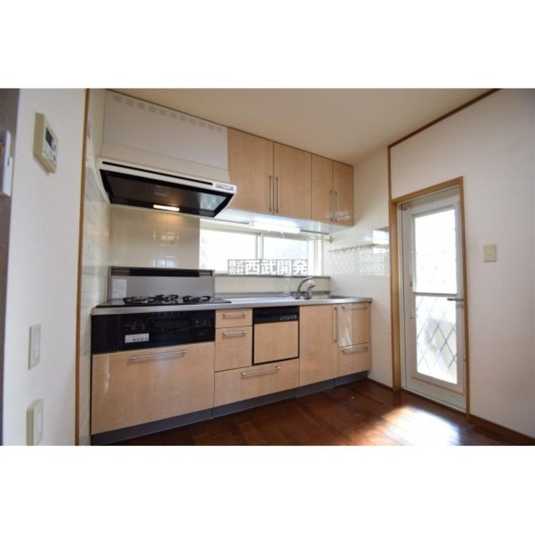 キッチン窓と勝手口で、明るい印象のキッチンスペースです。それぞれ面格子付で防犯性に優れております。