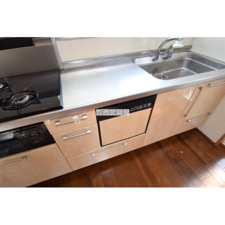 キッチンにビルトインタイプの食洗機がございます。家事の時短と水道代の節約になります。