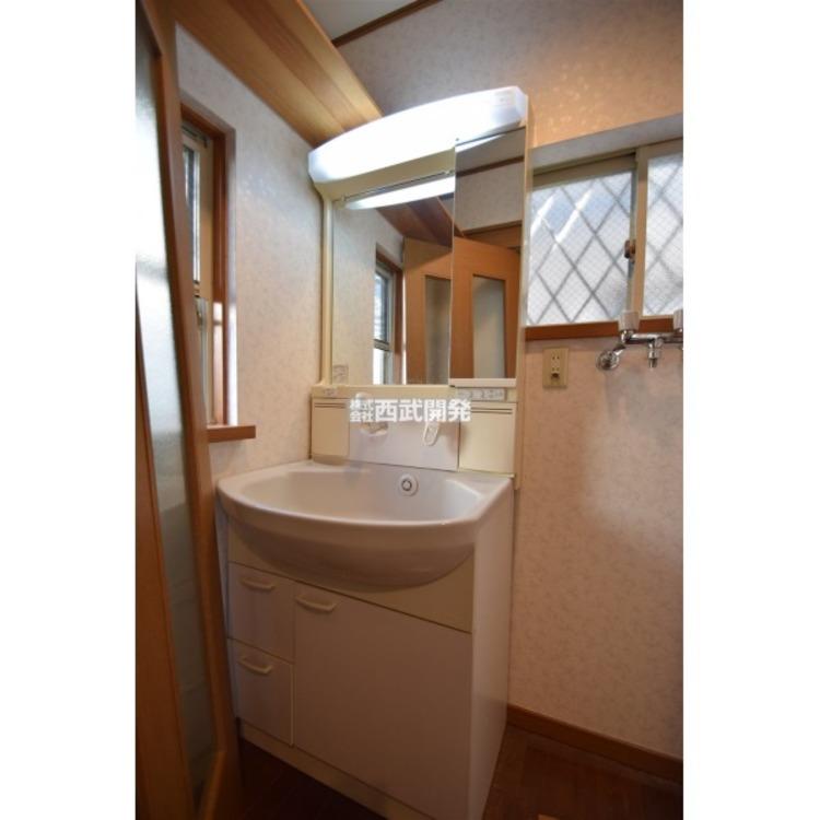 洗面室は2面窓のため、換気がしやすく、湿気がこもりにくいです。