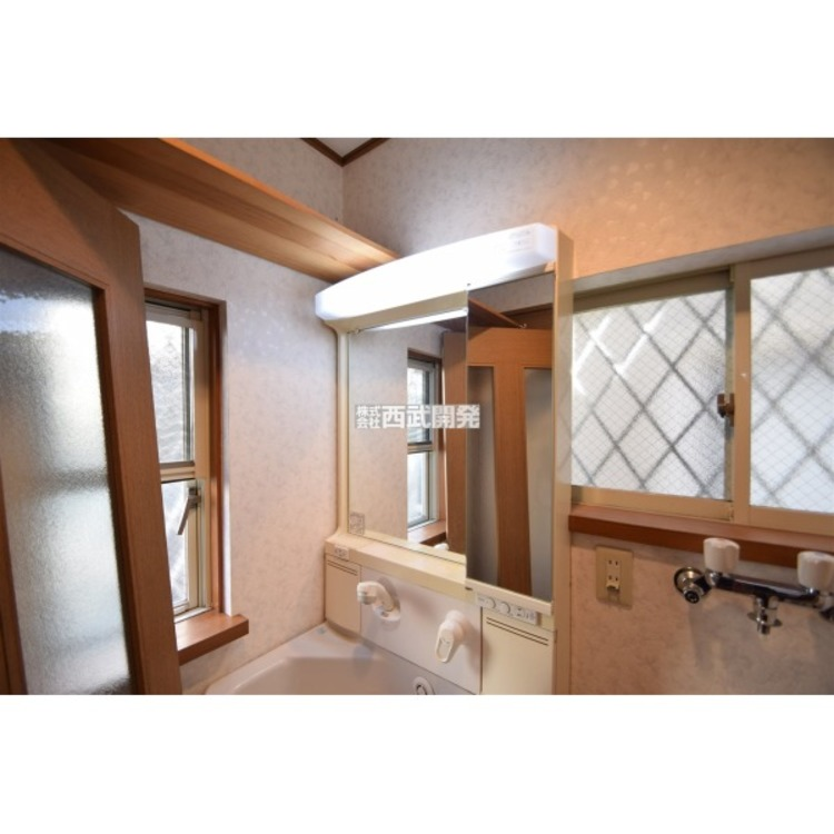 シャワータイプの水栓で伸縮可能です。鏡は曇り止め機能がついております。