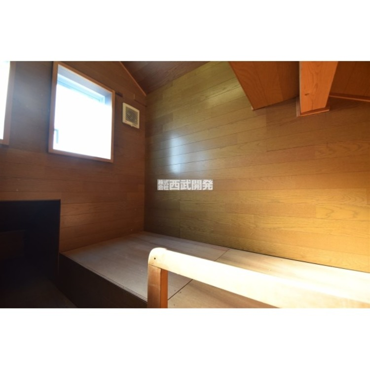 季節物をしまったりするのに大変便利な小屋裏収納は階段を収納できるのでお部屋の広さを邪魔することがないのがポイントです。