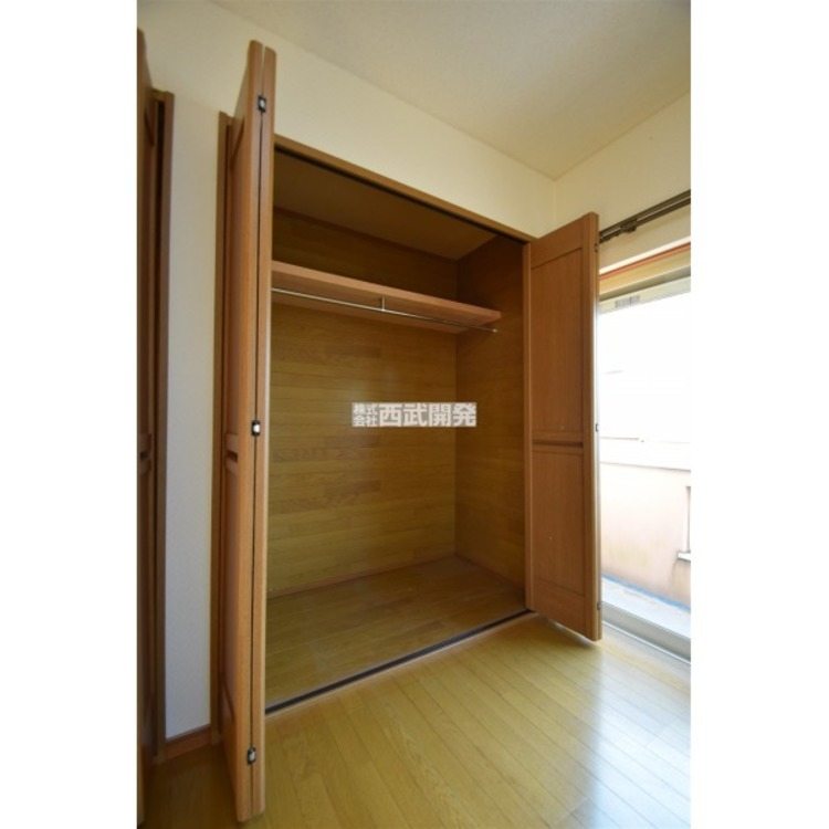 2階洋室のクローゼットは、棚とハンガーパイプがありますので、お洋服や衣装ケースの収納に便利です。