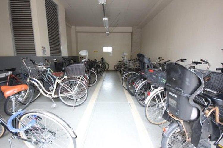 駐輪場は綺麗に並ぶ自転車から、居住者のマナーの良さが感じられます。