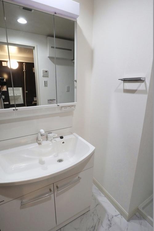 清潔感のある独立洗面化粧台。シャワー付き洗面のため細かいところのお掃除の際にも役立ちます