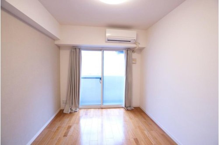 収納も配備しており、スッキリとした居住空間に。陽光も降り注ぐ明るく開放的な間取りが魅力的です。