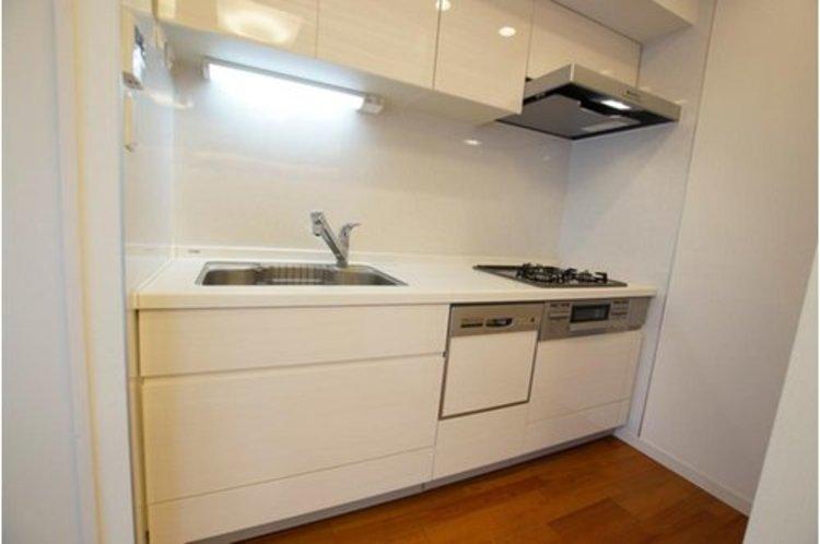 明るい自然光が入るキッチン。食器洗浄乾燥機もあり家事の時間短縮もはかれそうですね。