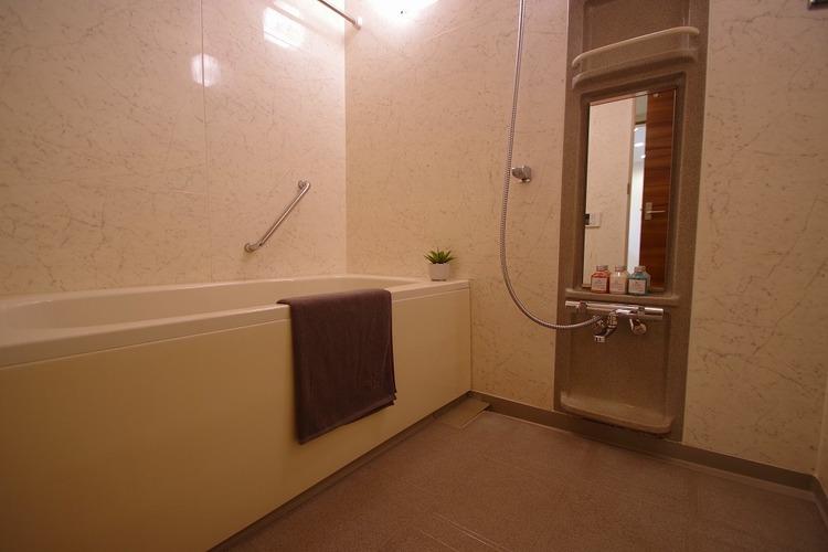 水栓器具・鏡交換済みで気持ちの良い浴室
