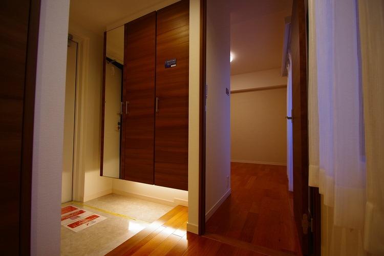 玄関には人感センサー付玄関灯が取り付けられています