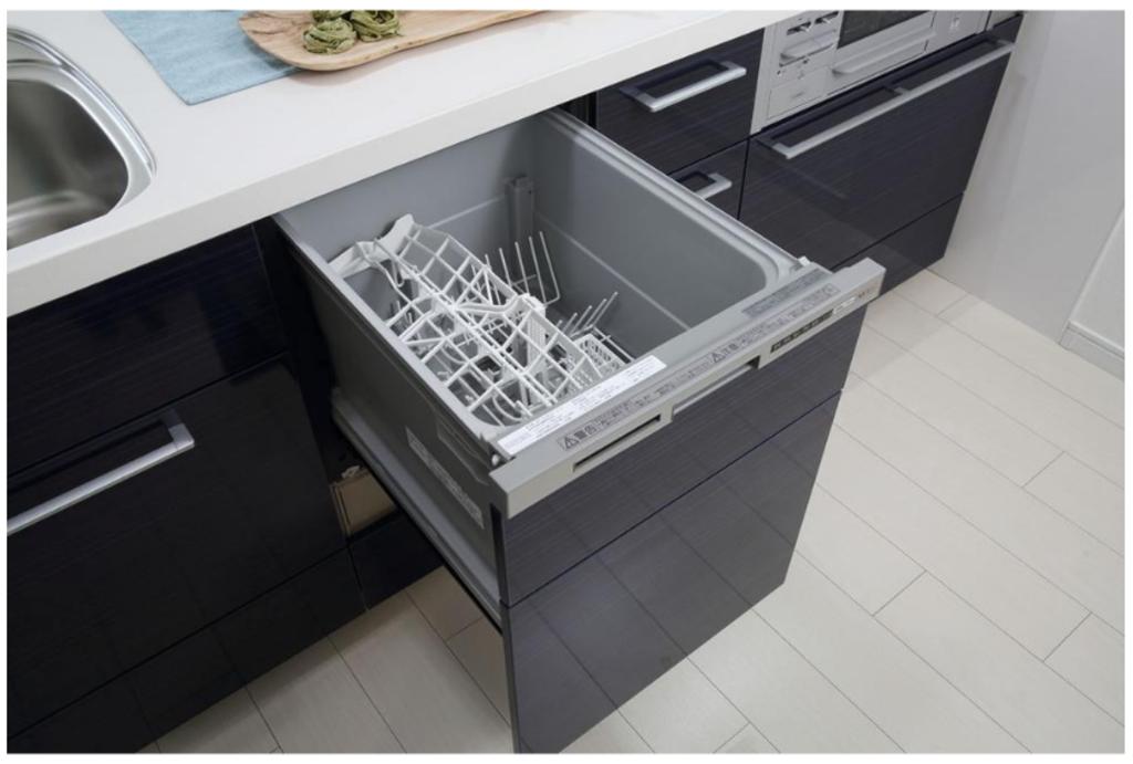 【収納たっぷりカウンターキッチン】 食洗機を標準装備、お皿やフライパンをたっぷりしまえる豊富なスライド収納!浄水器一体型水栓、料理が楽しくなるキッチンです。